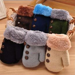 luvas de inverno, mais espessamento de veludo meninos e meninas quentes bebê infantis dedo saco de bebê de tricô luvas infantis para crianças em Promoção
