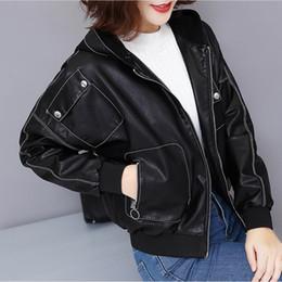 e65d3d7ca38 Новые корейский стиль женщины с коротким капюшоном искусственной кожи куртки  осень мода повседневная с длинным рукавом женский искусственной кожи пальто  ...