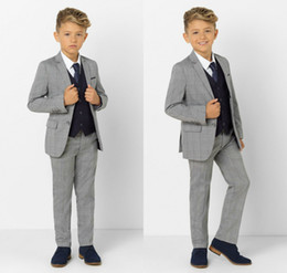 miúdos tuxedo cinzento claro venda por atacado-Light Gray Little Boy ternos formais Jantar smoking for Wedding Party Boy Groomsmen Crianças Crianças Prom Terno Formal Wear jaqueta calça Vest