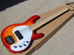 Vente en gros Livraison gratuite usine Cherry Sunburst guitare basse électrique avec 5 cordes, placage Flame Maple, matériel de Chrome, Pickguard perle blanche,