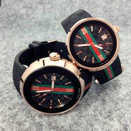 Prix de gros bon marché Hommes Sport 45mm Mouvement Quartz montre-bracelet Homme Horloge Montre Élastique femmes au large style de montre de mode casual en Solde