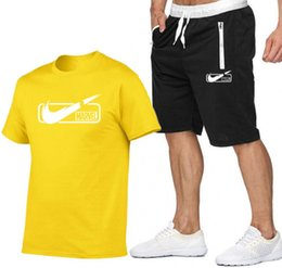 Estate Hot new Set da uomo T-shirt + pants Due pezzi Set Casual Tuta da uomo 2019 Casual Tshirt Palestre Fitness pantaloni uomo in Offerta