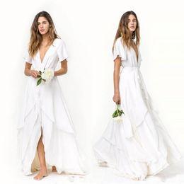 Venta al por mayor de 2020 atractivo Slits Faldas una línea de playa vestidos de novia vestidos de novia de gasa bohemia barato de manga corta cuello en V profundo en capas de tren de satén de seda