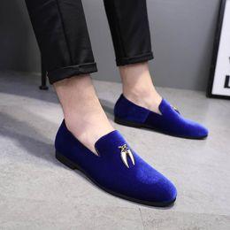 eb0540ce07 2018 Mode Lässig Sichel Wildleder Männer Formale Schuhe Lässig Spitz  Volltonfarbe Hochzeit Müßiggänger Flache Slip-on Kleid Schuhe