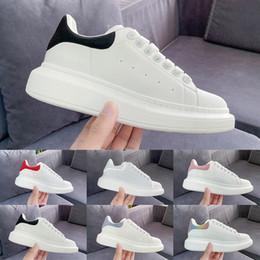 2019 Diseñador de moda de lujo Hombres Mujeres zapatos zapatillas Terciopelo de cuero negro Blanco Rojo Planos casuales zapatos formadores de plataforma en venta