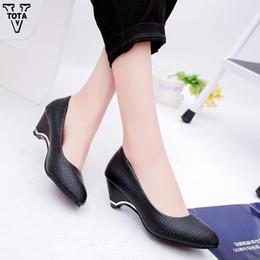 Ingrosso Designer Dress Shoes VTOTA Moda Pompe Piattaforma per donna Zeppe per ufficio Lady Slip On Square Heeled Dress Party Lady Pump LS