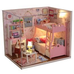 Vente en gros Ensemble de meubles de maison de maison de bricolage en bois avec housse et cadeaux d'anniversaire légers pour femmes et filles