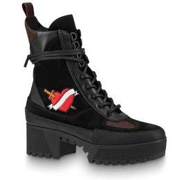 Venta al por mayor de Últimas mujeres botas de diseñador Martin Desert Boot flamencos Love arrow medalla 100% cuero real tamaño grueso US5-11 Zapatos de invierno