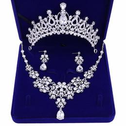 Accesorios nupciales de gama alta más vendidos corona collar pendientes tres piezas rhinestone blanco princesa corona banquete diadema envío gratis en venta