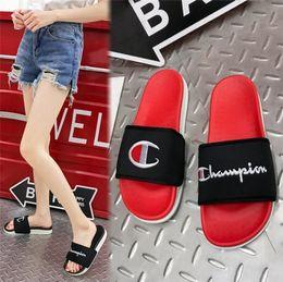 Venta al por mayor de Unisex campeón diseñador sandalias de verano de lujo mujeres hombres zapatillas mulas resbalones chanclas sandalia plana marca playa lluvia baño zapatos A52901