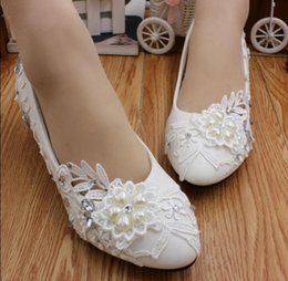 202c499f8233 Hot! Low with peach heart diamond white bridesmaid shoes The bride picture  taken with shoes Han edition style wedding shoe women by hand