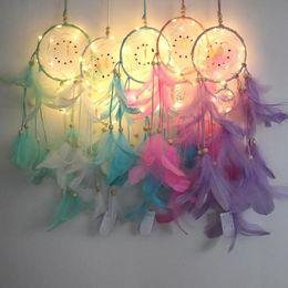 Ingrosso Dream Catcher Piuma Fatto a mano Dreamcatcher Con String Light Home Comodino Wall Hanging Decorazione Novità Articoli CCA10388 30 pz