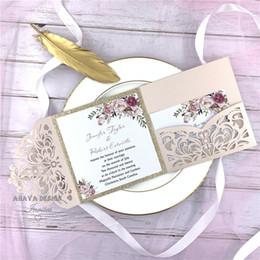 Романтический румяна розовый весенний цветок блестящий лазерная резка карманные свадебные приглашения наборы, бесплатно поставляется UPS