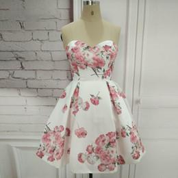 Fotos reais da menina do querido curto floral branco vestido de baile com bolsos na altura do joelho lace up vestidos de formatura para festa de formatura em Promoção
