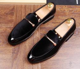 Vente en gros Luxe et luxe Mocassins pour hommes Slip on Mens Velvet Patent Leather Shoes Chaussures habillées soldes chauds