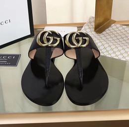 Venta al por mayor de 2019 de calidad superior ShaGucciES Hombres Mujeres Carta hebilla de metal Parejas Zapatos Chanclas de cuero genuino Patente planas sandalias de los deslizadores 35