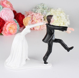 $enCountryForm.capitalKeyWord Australia - Lovely Wedding Cake Decoration White And Black Bride And Bridegroom Couple Figures Toppers Classic Kissing Hug Cheap Free Shipping