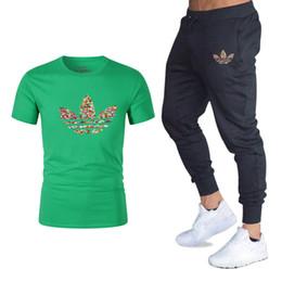 Venta al por mayor de 2019Summer Venta caliente Conjuntos de hombres Camisetas + pantalones Conjuntos de dos piezas Casual Chándal nuevo Hombre Camiseta casual Gimnasios Pantalones de fitness hombres