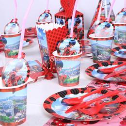 Vente en gros 100pcs / set Fournitures de décoration de fête d'anniversaire Lady bug enfants fête à thème jetables assiettes de vaisselle nappes tasses