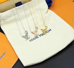 Venda Hot Carta Colares do V 316L Titanium aço 18K banhado a ouro colar de moda colar de cadeia curta casal jóias presente em Promoção