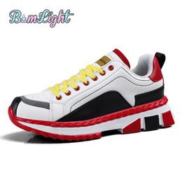 Bomlight Pop Pu Vulcanize Sapatos Homens Casual Sola Grossa Ao Ar Livre Tênis de Amortecimento Homens Tamanho Grande Splicing Aumento de Altura Chunky Shoe venda por atacado