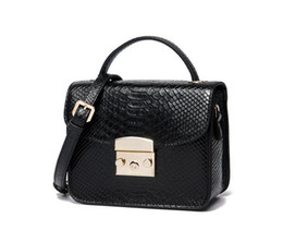 Chinese  2019 top designer design new leather handbag female crocodile pattern leather silver chain leather luxury Messenger bag shoulder bag manufacturers