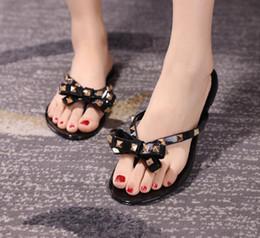 Venta al por mayor de Hot 2018 Moda Mujer Chanclas Zapatos de verano Cool Beach Rivets gran arco sandalias planas Marca jalea zapatos sandalias chicas tamaño 36-41