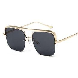 Oulylan старинные квадратные солнцезащитные очки Мужчины Женщины металл дизайн половина кадра солнцезащитные очки Очки дамы Красный солнцезащитные очки оттенки женский мужской на Распродаже