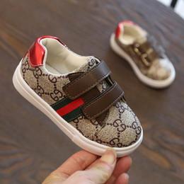 Scarpe da ginnastica per neonati a strisce in Offerta