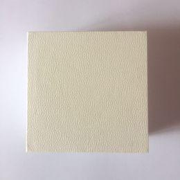 fit bianca per la visualizzazione della scatola incanta piatto spugna cuscino All'interno Bead anello dell'orecchino della collana del braccialetto di sacchetti di carta regalo gioielli pacchetto in Offerta