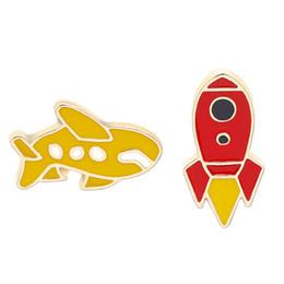 $enCountryForm.capitalKeyWord UK - Cute Cartoon Brooch Pin Yellow Plane And Red Rocket Kid's Favorite Gift Denim Dress Dress Hat Adornment Ccan Be Customized