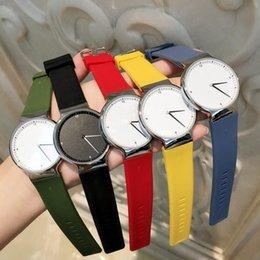 2019 Diseño superior Vestido de moda Reloj Hombre mujer reloj de lujo Correa de caucho Casual Reloj de pulsera de cuarzo reloj de color amarillo Reloj Relojes De Marca
