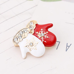 $enCountryForm.capitalKeyWord Australia - Christmas Theme Brooch Pin Cute Delicate Red White Small Gloves Style Brooch Best Christmas Gift Accessories For Kids And Friends
