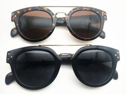 Venta al por mayor de Nueva tendencia retro street shooting remache moda gafas de sol CL 41043