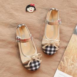 Venta al por mayor de Zapatos de bebé Primavera Verano Suela Suave Chica Primeros Caminantes 2 Colores Moda Cuadros Zapatos de Bebé Niñas Mariposa nudo Chica Niños Zapatos