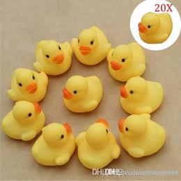 Venta al por mayor de Venta al por mayor- 50 piezas de pato juguetes de baño para niños Squeaky Ducky juguetes para bebés Pato de goma lindo para niños y niños que juegan con agua @ Z152