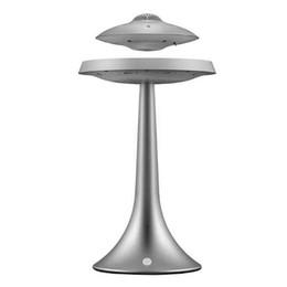 Vente en gros Smart haut-parleurs Bluetooth de style UFO maglev charge des couleurs Sept lumières LED basse stéréo lampe étanche HIFI recharge sans fil de bureau audios