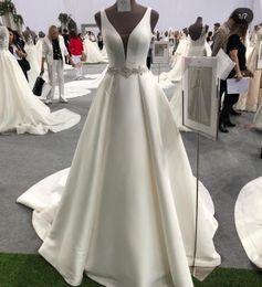 Großhandel 2019 a-line tiefem ausschnitt qualität satin brautkleid perlengürtel elfenbeinweiß 1 meter trian brautkleid plissiert hochzeitskleid