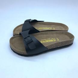 Venta al por mayor de Unisex zuecos PU sandalias de cuero para hombres y mujeres One Strap Slides Luna de miel Zapatos a juego para parejas 30 estilos Birko Corks Color sólido