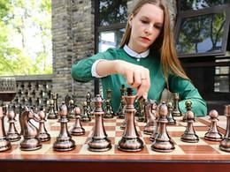 Aleación de zinc metal Ajedrez Pieza de ajedrez hecho a mano plegable de madera tablero de ajedrez exquisito y fácil de llevar Familia juego de ajedrez en venta