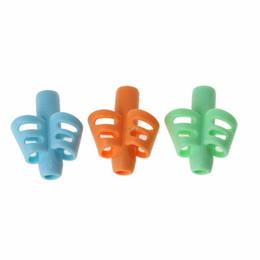 Venta al por mayor de 3 piezas de dos dedos de agarre de silicona bebé lápiz titular aprender a escribir herramientas de escritura pluma