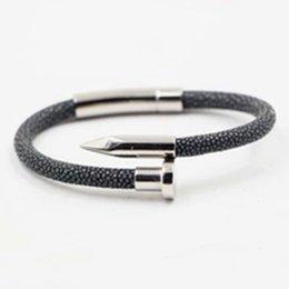 dc1047b032fb Pulsera de cuero de piel de pez Stingray con brazalete de cierre magnético  de uñas de metal de acero inoxidable
