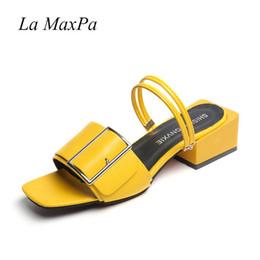4ccda598a6a La MaxPa Fashion Party Zapatillas Mujer Zapatos de Verano Amarillo Negro  Blanco Hebilla Chunky Heel Señoras Diapositivas Sandalias Mujer Zapatos