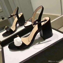 Venta al por mayor de Sandalias clásicas Lady Summer 2019 Lux Sandalias Hebilla de metal de gran tamaño Zapatos de tacón alto para mujer Tacones gruesos