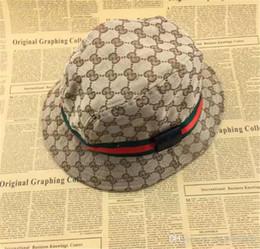 Ingrosso Fashion Designer in pelle lettera secchio cappello per uomo donna pieghevole protezioni nero pescatore spiaggia visiera parasole vendita pieghevole berretto da baseball uomo