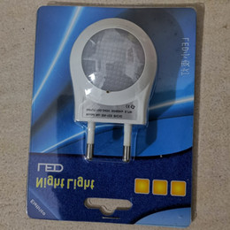 Venta al por mayor de Envío gratis Sensor de luz LED Luces nocturnas Encendido automático Apagado Luces LED Lámparas de pared Novedad en la lámpara del zócalo del bebé Decoración del hogar Enchufe de la UE