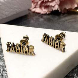Messingmaterialien Weinlese beschriftet Bolzen mit Retro Artentwurf für Frauen Elegante Ohrringe reizendes Mädchen Ohrringart und weiseschmucksacheart im Angebot