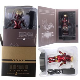 2020 FASHION AND HOT, für Fans Beleuchtete Aufhängung fliegt rotierenden Iron Man Puppe Ornamente Desktop-Display