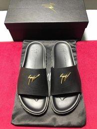 Ingrosso Pantofole da uomo nuove tendenze 2019 comode ed eleganti con materiali importati in oro chiaro modello distintivo lettera