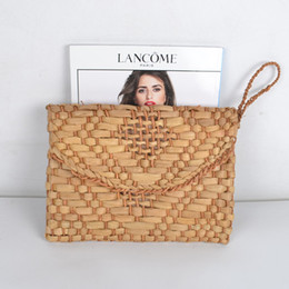 $enCountryForm.capitalKeyWord NZ - Woven Summer Totes Braided V Diamond Handmade Rattan Bag Corn Skin Knitted Women Fashion Day Clutch Envelope Straw Bag Women